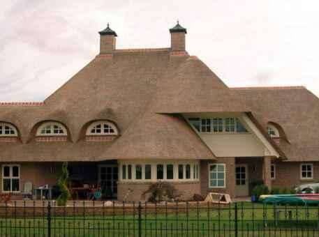 Фото дома с крышей из камыша 1