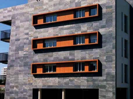 Фото 2. Фасад из сланца на высотных зданиях