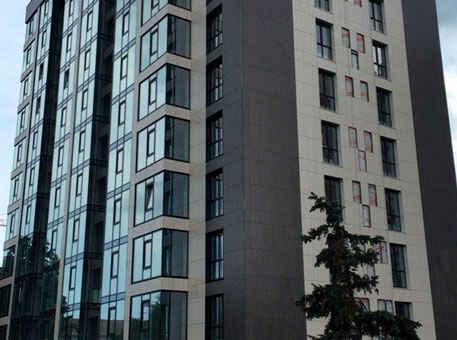 Многоэтажка с вентилируемым фасадом из керамогранита черного цвета