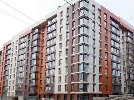 Фото: Многоэтажка с вентилируемым фасадом из керамогранита разных цветов