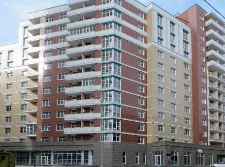 Многоэтажка с вентилируемым фасадом из керамогранита разных цветов